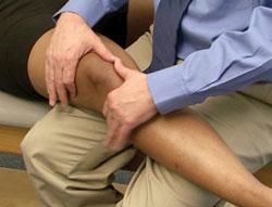 Durante la visita, il medico controllerà il ginocchio cercando problemi dimovimento anomalo della rotula.
