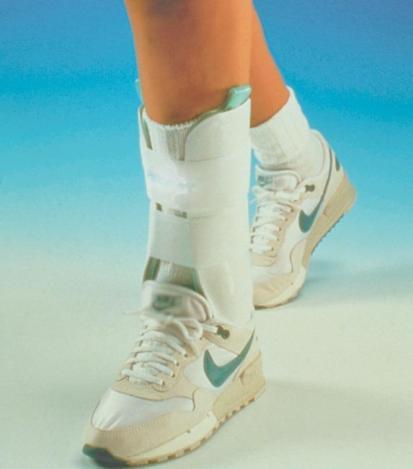 Una cavigliera con staffe ad aria.